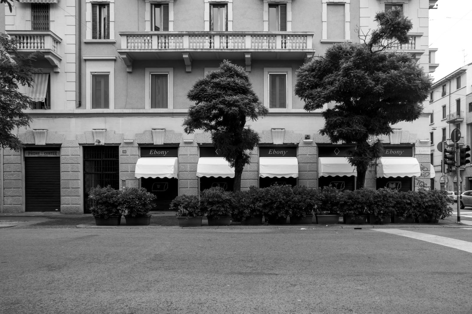 Via Andrea Maria Ampère, Milano - Operazione Metallica, 2008: ancora una volta è il tavolo di un bar il luogo scelto dai boss per incontrare i propri collaboratori, impartire ordini e gestire gli affari. Ma in questo caso non è nell'hinterland di Milano bensì in zona Città Studi.