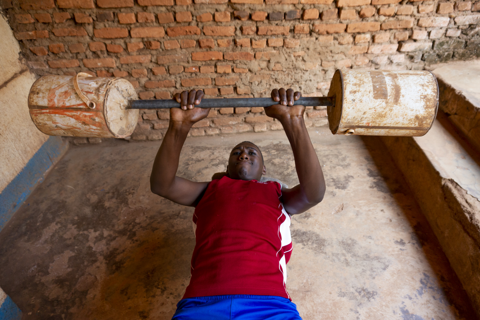 Maramu si allena nel cortile del Foyer des Enfants dell'associazione Insieme per la Pace, a Masoro. Maramu è nato nel 2000, anno dal quale l'economia ruandese cresce in media di circa 8% l'anno.